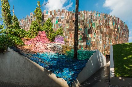 На Бали появился арт-объект из собранных на пляже резиновых тапочек