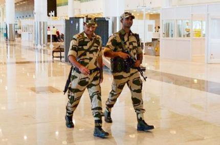 Полицейским в аэропортах Индии запретили улыбаться