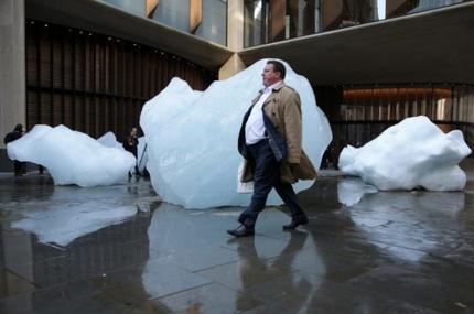 На улицах Лондона установили глыбы льда из Гренландии