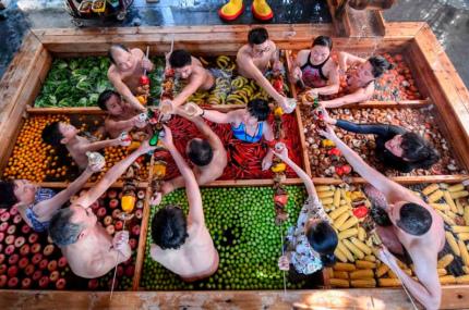 В Китае появился бассейн с горячим супом из людей