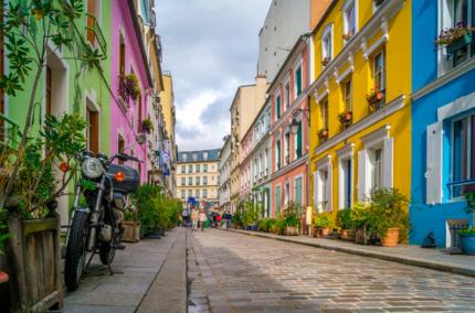Жители красивой улицы Парижа просят оградить их от туристов
