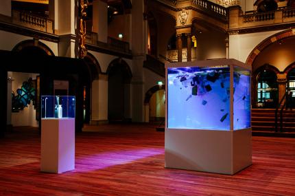 На экспозиции музея в Амстердаме разместили пластиковый суп