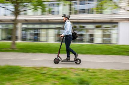 В Германии запретили ездить по тротуарам на электросамокатах