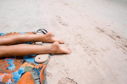 Учёные выяснили сколько солнцезащитного крема необходимо в отпуске