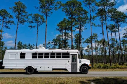 Семейная пара превратила школьный автобус в дом на колёсах и отправилась путешествовать
