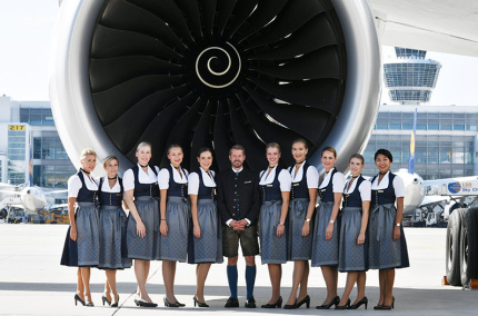 Экипаж Lufthansa снова будет встречать пассажиров в баварских костюмах