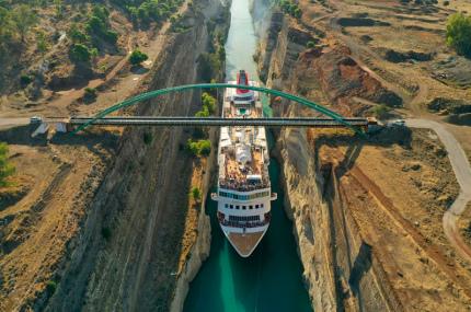 Коринфский канал пропустил самый большой корабль в своей истории