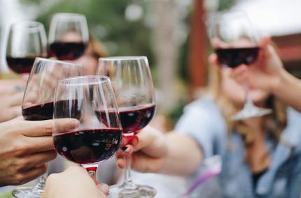Аэропорты Грузии снова раздают туристам вино