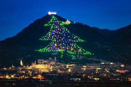 В Италии зажгли самую большую ёлку в мире