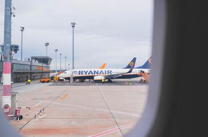 Ryanair снова вернул безбагажный тариф с дополнительными услугами