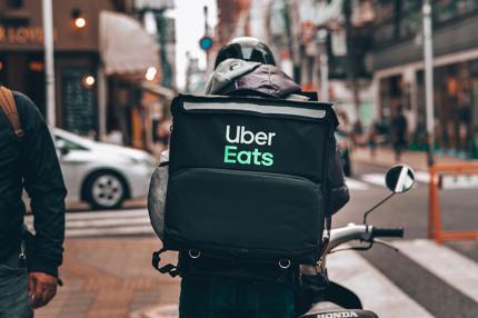 Uber Eats в Украине отменяет сбор с ресторанов и вводит безналичные чаевые