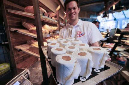 Пекарь из Германии делает торты в форме туалетной бумаги