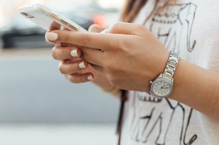 Город в Японии запретил пешеходам пользоваться смартфонами