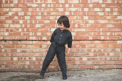 В Британии изобрели детскую одежду, которая растет вместе с ребенком