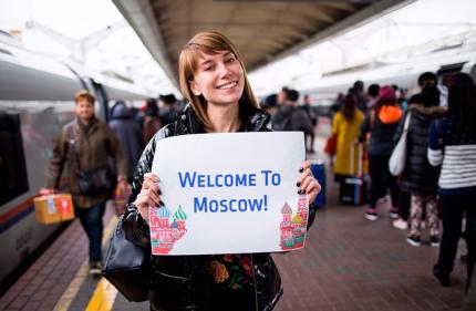 На вокзале Москвы установили автомат для распечатки приветственных табличек