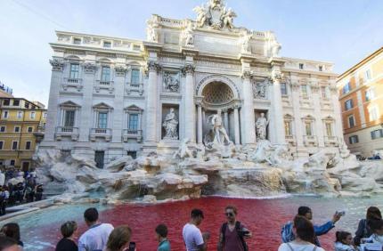 Римский фонтан Треви залили красной краской во имя искусства