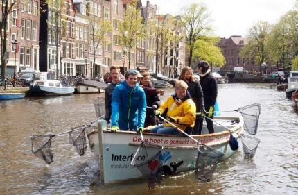 В Амстердаме туристов приобщают к уборке мусора