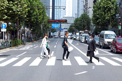 В Китае пешеходов, которые нарушают правила, обливают водой