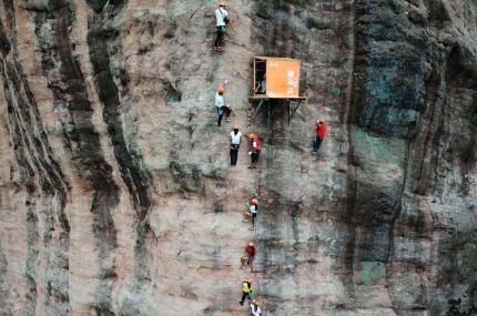 В Китае открылся магазин на отвесной скале